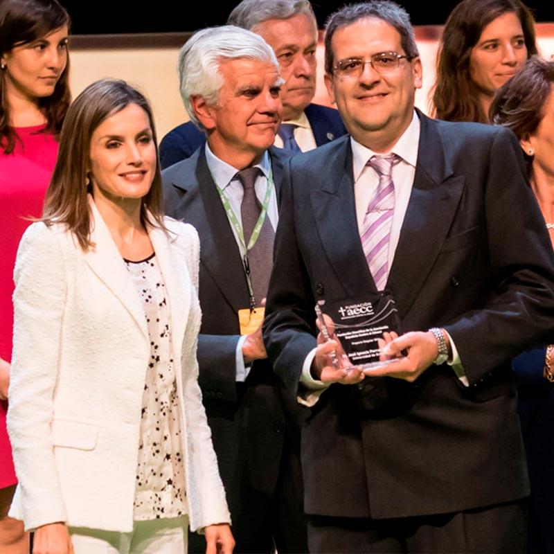 Ignacio Porras recibe el galardón de AECC de las manos de la reina - NEUTRONES PARA MEDICINA